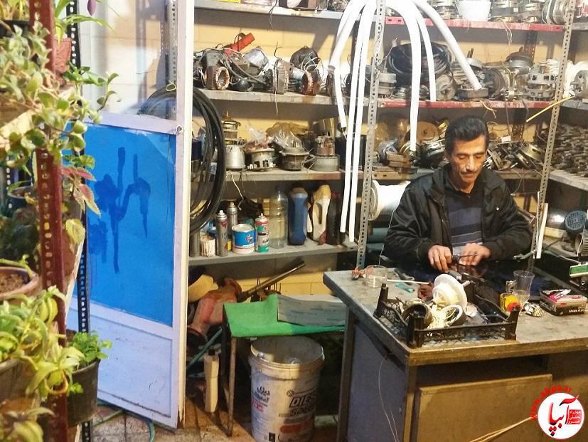 ۲۰۱۵۱۲۲۵_۱۷۱۰۰۶ ابتکار مغازه دار فیروزآبادی در حجره ی کوچک خود...