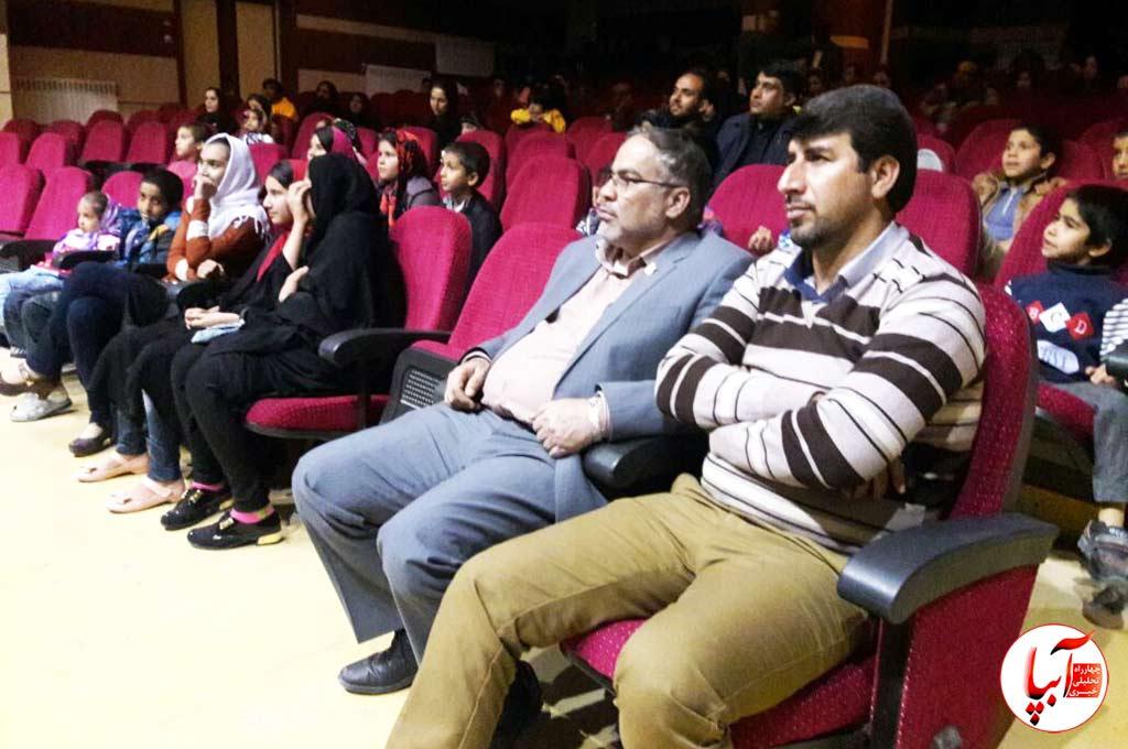 3 فرماندار شیراز مهمان ویژه تئاتر گرگم و گله می برم