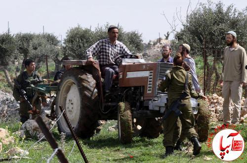 ممانعت سربازان اسراییلی از زراعت یک کشاورز فلسطینی در نابلس به بهانه تنش و درگیری بین شهرک نشینان اسراییلی و فلسطینی ها