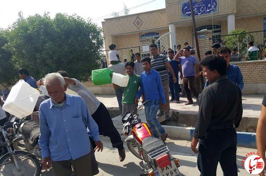 dehram خرابی آب شیرین کن ، دهرمی ها را مقابل بخشداری کشاند (گزارش تصویری)