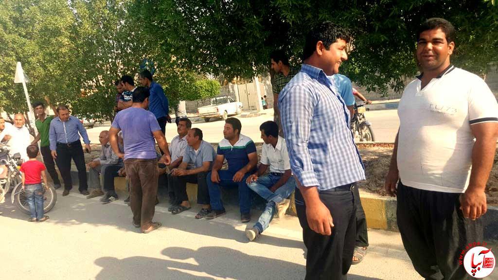dehram7 خرابی آب شیرین کن ، دهرمی ها را مقابل بخشداری کشاند (گزارش تصویری)
