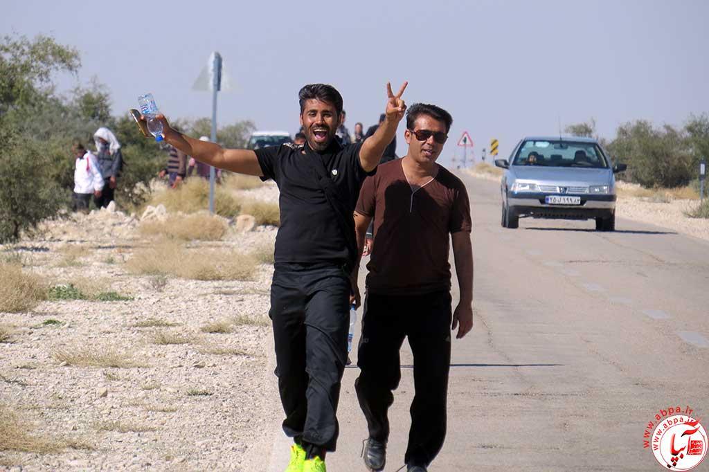 مردم فراشبند همزمان با اربعین حسینی و همگام با زائرانی که با پای پیاده به کربلا رفتند، مسیر 48 کیلومتری فراشبند-امام زاده شهید (ع)را پیاده روی و عزاداری کردند. عکس از : م.ذوالفقارلو