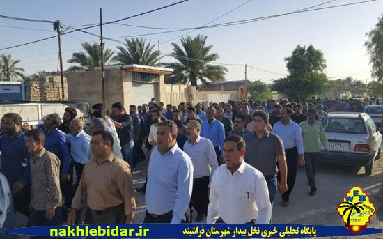 پیکر پدر شهیدان ثابت بر روی دستان مردم روزه دار فراشبند تشییع شد