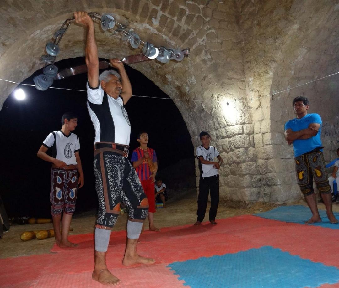 7c0cf08b-f0df-4cf5-a939-4de2876b5a56 اجرای ورزش باستانی در چهارطاقی نقاره خانه فراشبند و تجلیل از مقام جانباز