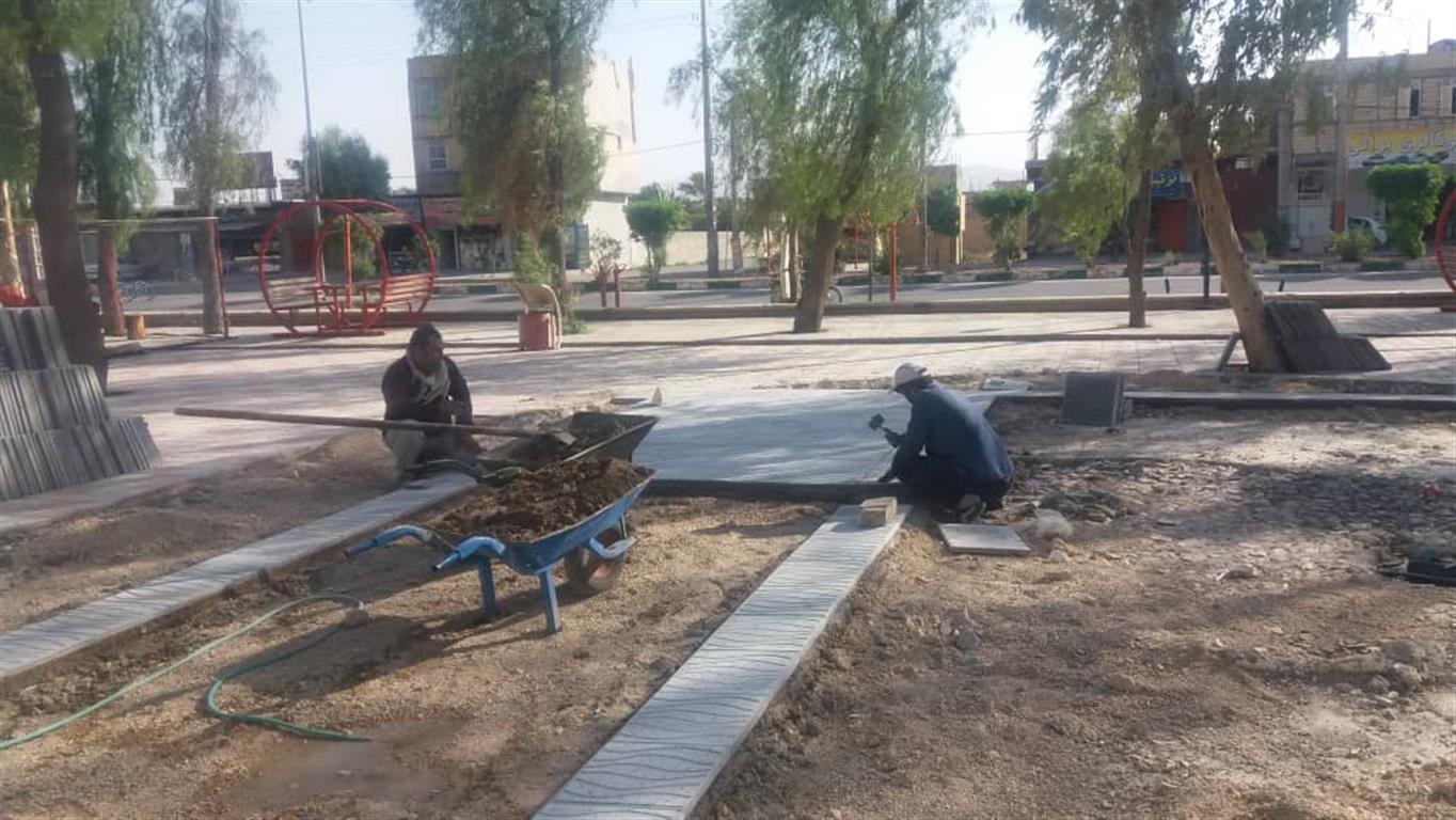 فوتو نیوز : اجرای موزاییک فرش پارک محله ای فراشبند توسط شهرداری